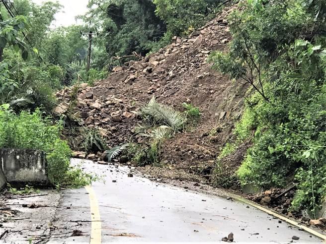 南投縣中寮7日下午發生道路坍方,以仙洞巷農路最為嚴重,土石坍方範圍寬約40公尺以上,堆積路面高逾14米。(讀者提供/張妍溱南投傳真)