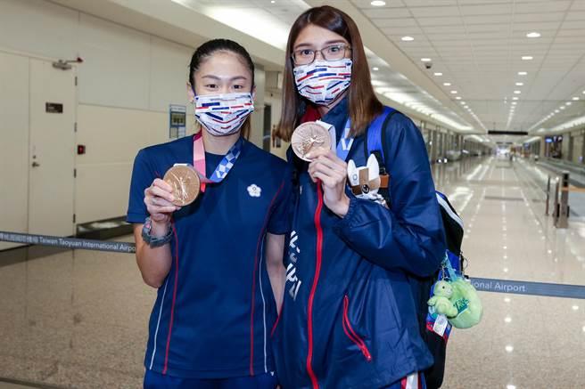 黃筱雯(右)在東京奧運女子拳擊51公斤量級拿下銅牌,這是台灣史上首面奧運拳擊獎牌,別具意義。另外,「小清新」文姿云(左)在東京奧運空手道女子55公斤量級拿下銅牌,空手道為此次東京奧運選辦項目,首度在奧運舞台亮相。2人在8日傍晚返台。(陳麒全攝)