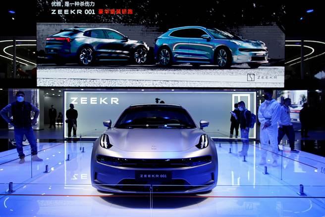 中國大陸本土電動車近年來突飛猛進,它不只是全球最大汽車市場,也是全球最大電動車市場。長期以來最受中國人歡迎的德國車商,在今年上半年銷售排行中,已被全數擠前10名之外。圖為大陸吉利汽車展示的新款電動車。(圖/路透)