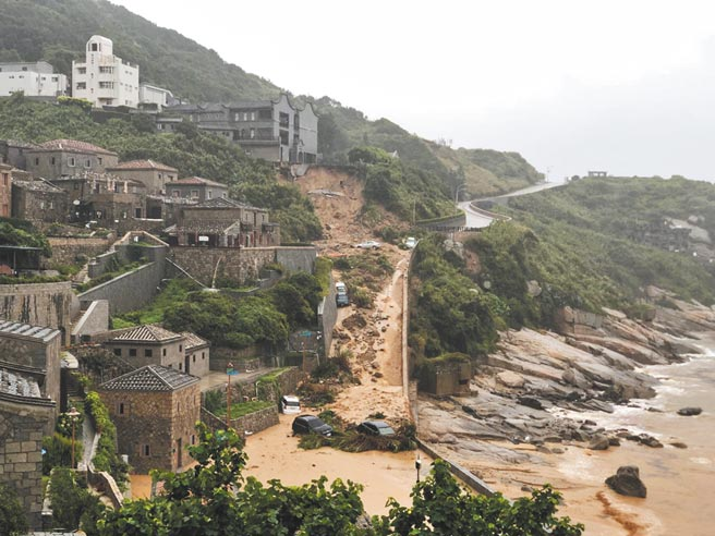 受盧碧颱風減弱的熱帶性低氣壓影響,馬祖出現強降雨,芹壁村道路邊坡土石坍方。(馬祖居民提供)