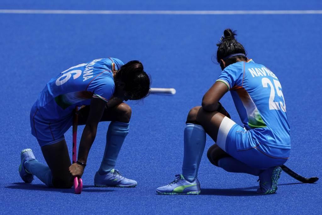 印度女子曲棍球在銅牌戰輸給英國,Vandana Katariya(左)成為種姓霸凌的受害者。(美聯社資料照)