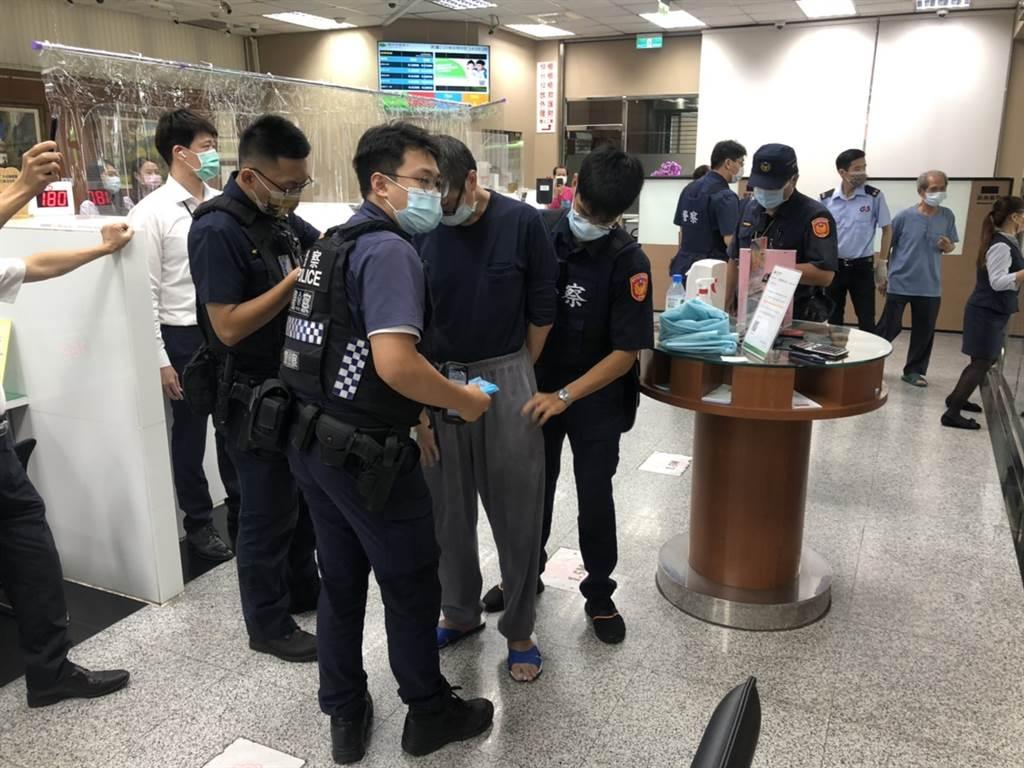 男持刀闖台中國泰世華銀行喊搶劫,遭警壓制辯「想吃牢飯」 。(民眾提供)