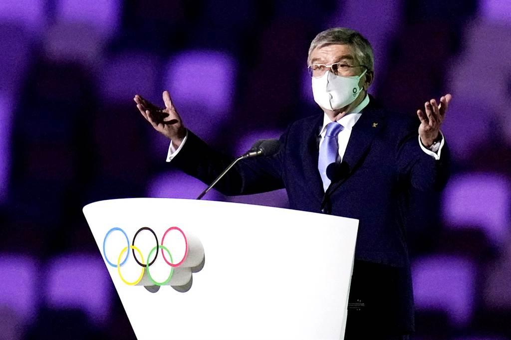 東京奧運舉辦期間,日本單日確診人數也暴衝3倍,國際奧會(IOC)強行舉辦奧運、以及不理睬日本民眾心意的態度令日本人相當反感。圖為國際奧會主席巴赫在東奧開幕式上的畫面。(圖/TPG、達志影像)