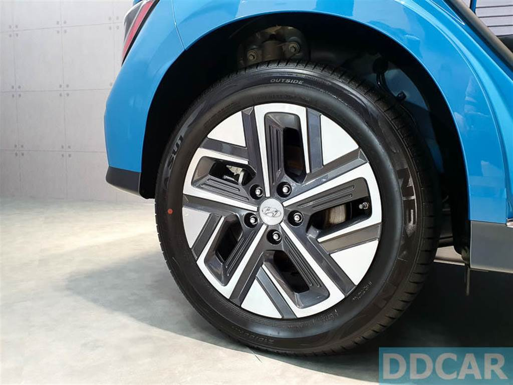 Kona EV 標配 17 吋雙色低風阻輪圈。(圖/DDCar)