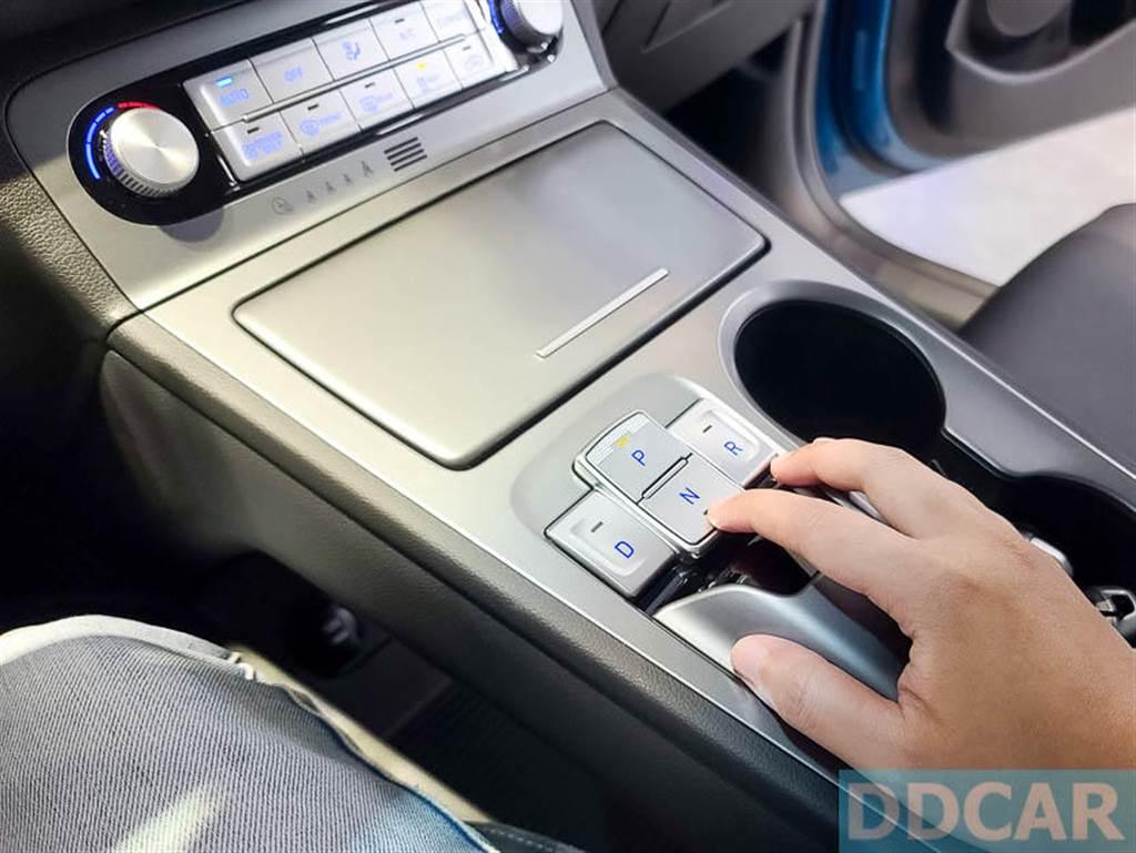 Kona EV 換檔是透過中控的按鍵操作,使用非常就手。(圖/DDCar)