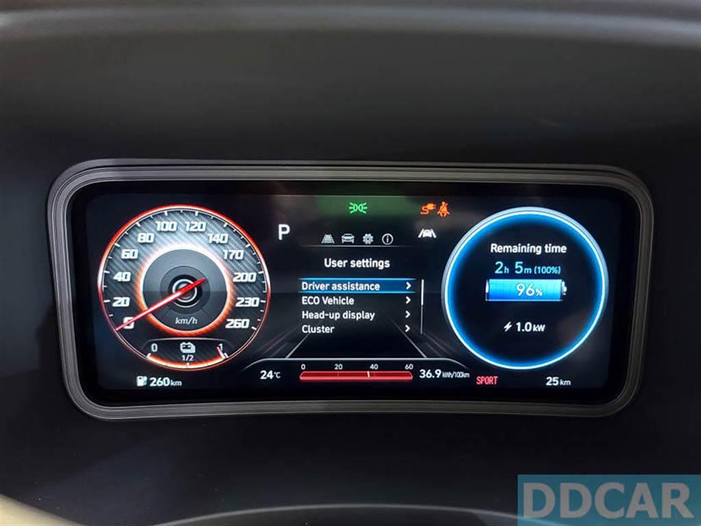 駕駛正前方設有 10.25 吋數位車輛資訊顯示螢幕。(圖/DDCar)