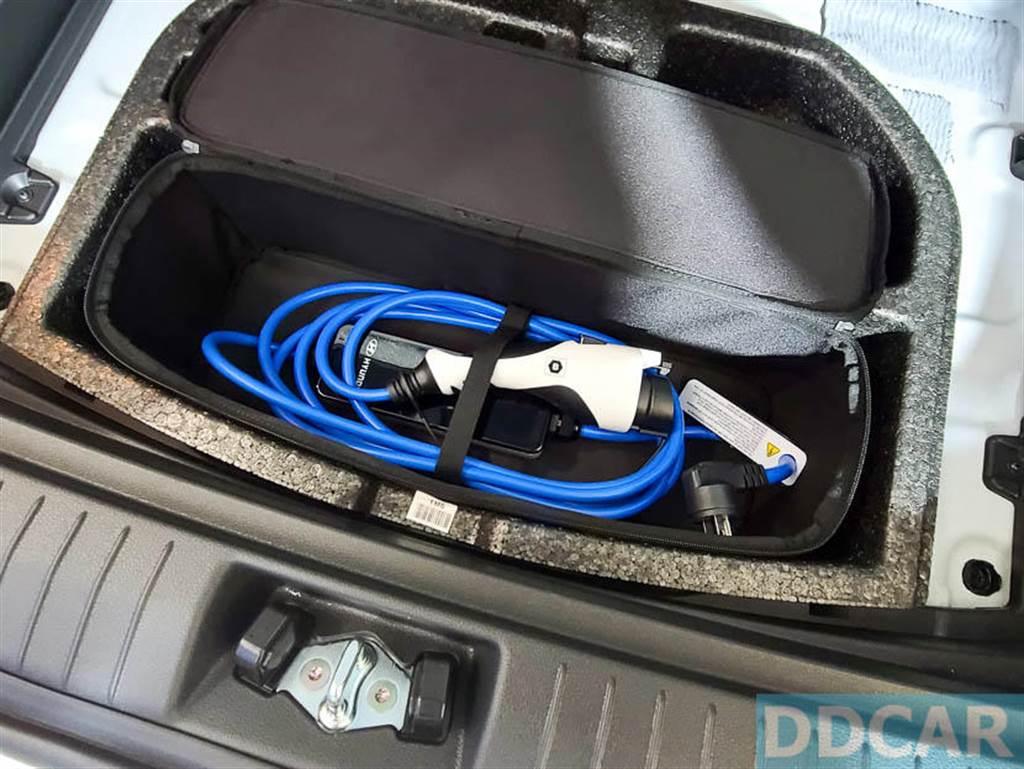 後廂底下藏有一個小小的置物空間,裡頭可擺放工具與隨車旅充。(圖/DDCar)