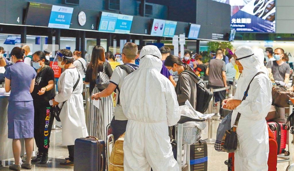根據疫調發現,從7月至今有8人去美國打疫苗後回台確診,醫嘆:未必是較好選擇。圖為7月時桃園機場出境旅客。(資料照)