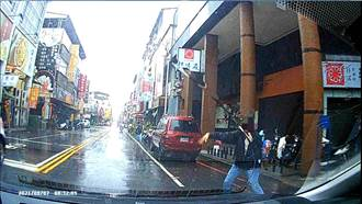 颱風天送兒趕考遲遲叫不到車 焦急母衝路中攔警車求援