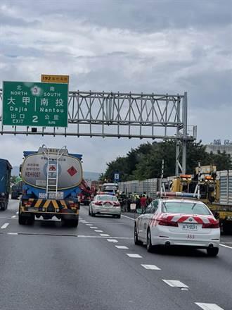 警消也傻了 國道翻車意外 男駕駛竟裸身爬出車外坐護欄