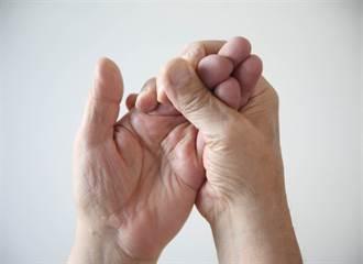手指不明黑點恐是癌化 醫:5徵兆惡性高