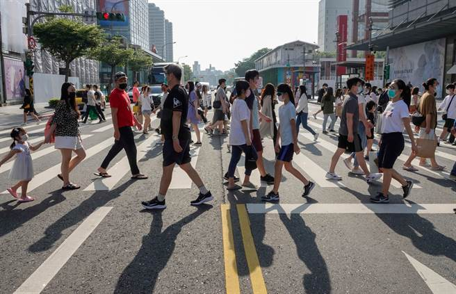 台灣疫情自5月中旬爆發,澳洲流行病學家曾於推特批「台灣因太過自滿」,近日又再度更新推特大讚「台灣了不起」。圖為台灣疫情警戒降至二級後民眾出門。(圖/記者黃子明攝影)