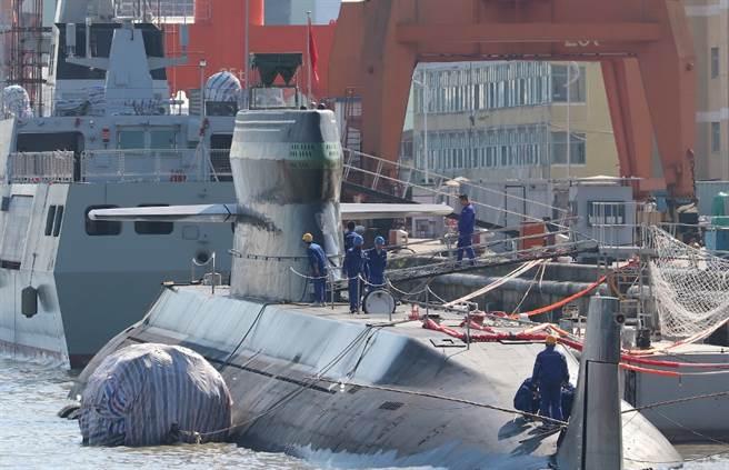 解放軍039D(也有專家稱為039C)型潛艦最引人矚目的,就是造型奇特的隱形潛望塔。(微博)
