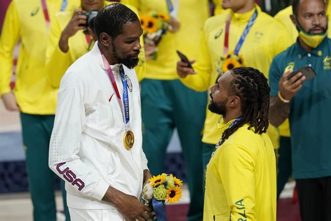 杜蘭特(左)、米爾斯下個球季都在籃網打球。(美聯社資料照)