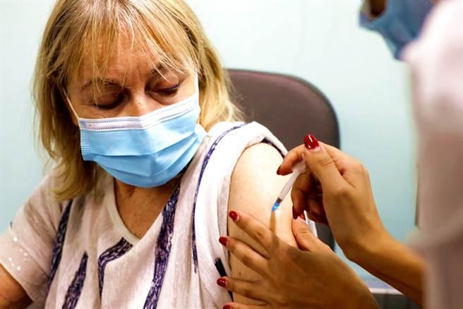 以色列的真實世界調查發現,民眾施打第3劑輝瑞/BNT疫苗後,副作用和第2劑相似、甚至更少。(圖/路透社)