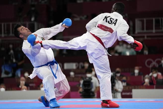 沙烏地阿拉伯選手Tareg Hamedi(右)在領先時一腳踢暈對手,屈居銀牌。(美聯社資料照)