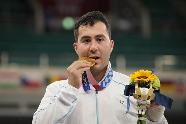 被KO之後醒來的Sajad Ganjzadeh成為金牌。(美聯社資料照)