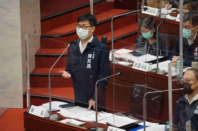 高雄市長陳其邁允諾,會朝維護景觀、都市發展、觀光、容積率低於300%等4方向檢討。(柯宗緯攝)