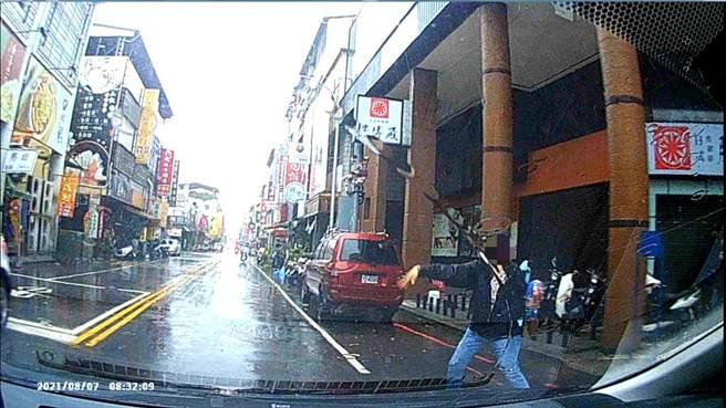 吳姓婦人在崇德路二段與北平路口看到巡邏警車揮手示意警方需要協助。(台中市第五分局提供/馮惠宜台中傳真)