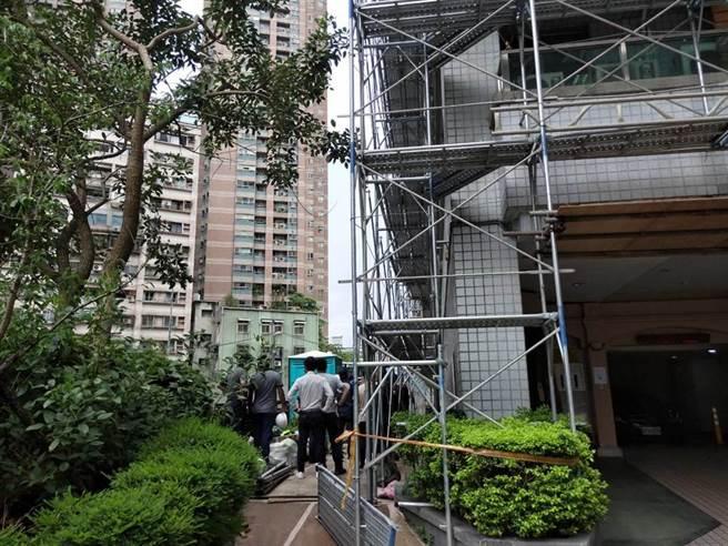 26歲洪姓男子疑因施工不慎,從工地12樓墜落至一旁的瑠公圳內。(葉書宏翻攝)