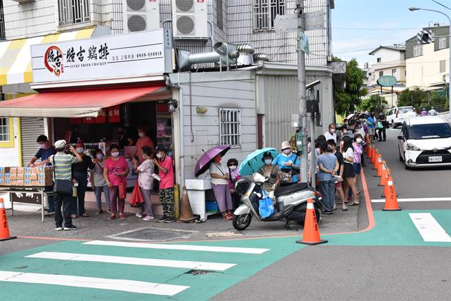 9日一早就有大批民眾前來玉清宮前雞排攤排隊。(謝明俊攝)
