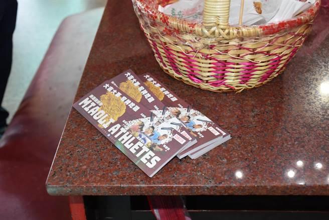 苗栗縣議會雞排發送券上印製4名選手畫像,是由竹南國中同學廖品柔所繪。(謝明俊攝)
