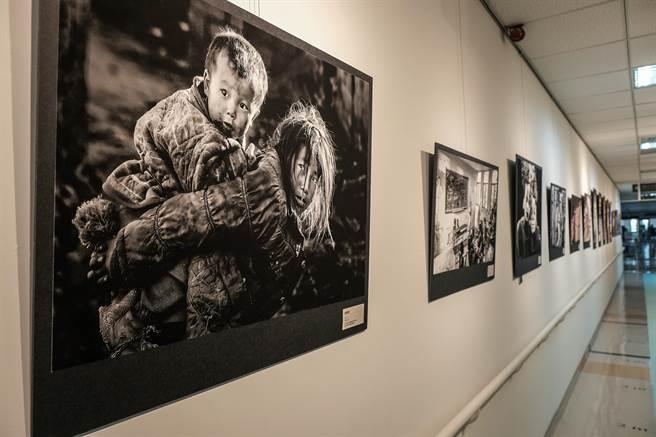 台大生醫醫院文藝走廊開幕,陳永順攝影個展的人文作品,都捕抓到人物瞬間的喜樂哀愁。(羅浚濱攝)