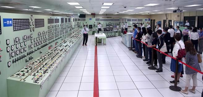核二廠日前因一張椅子導致跳機,9日立法院經濟委員會赴核二廠考察,台電表示,為避免類似情形再發生。(黃世麒攝)