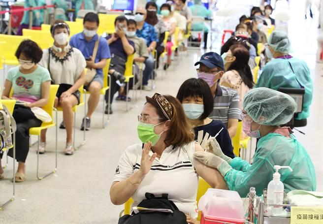 台北市花博爭豔館接種站9日開放施打疫苗,圖為現場不少民眾,前來施打第一劑AZ疫苗。(陳俊吉攝)