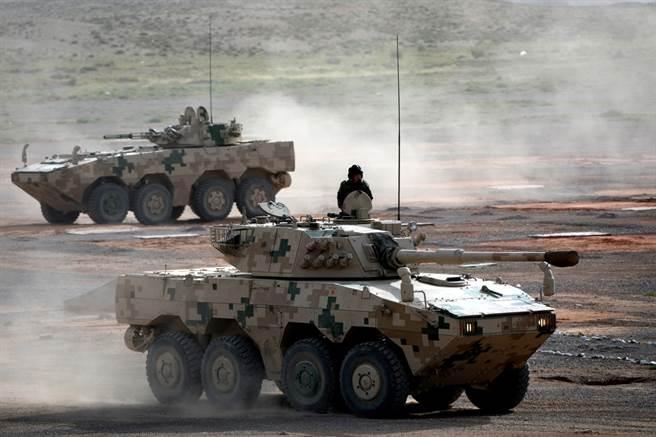 在演習前的聯合訓練中,中俄雙方相互學習並測試使用對方重型裝備,包括步戰車及裝甲突擊車等大型裝備。(圖/新華社)