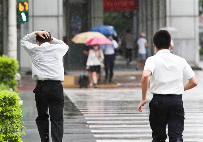 中央氣象局發布大雨特報,西南風影響及午後對流雲系發展旺盛,易有短延時強降雨。(陳俊吉攝)