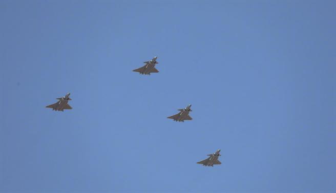 中共空軍殲-20的4機編隊和運-20的3機編隊在檢閱儀式上亮相。殲-20編隊飛越主席臺時,還開啟了側彈艙展示內部掛載的近距空對空導彈。(圖/央視視頻截圖)