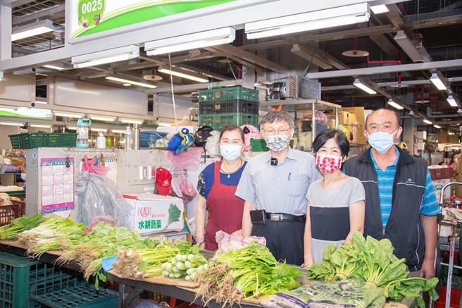台北市長柯文哲(左二)與妻子陳佩琪(右二)。(摘自陳佩琪Peggy臉書/張穎齊台北傳真)