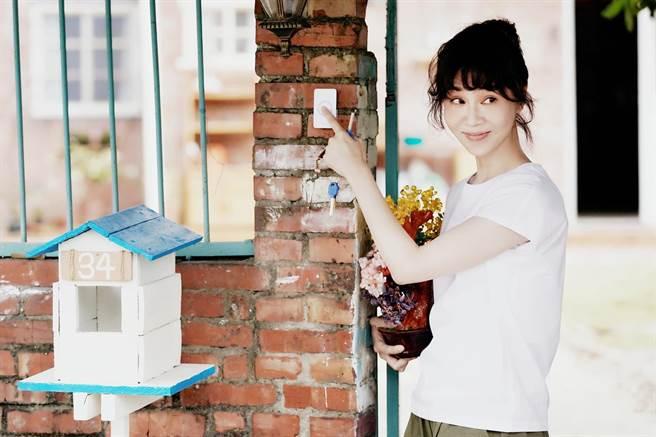 謝盈萱飾演的陳嘉玲在《俗女養成記2》搬進一手打理的新家。(華視、CATCHPLAY提供)