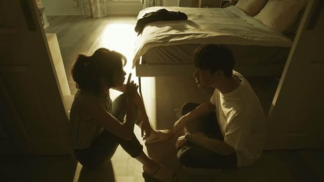 《俗女養成記2》首播收視高點之一落在謝盈萱、宋偉恩這對姊弟聊結婚與出國話題。(華視、CATCHPLAY提供)