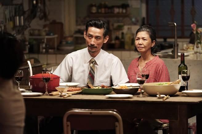 陳竹昇、于子育《俗女養成記2》飾演的爸媽更為深刻感人。(華視、CATCHPLAY提供)