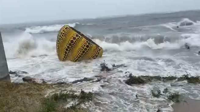 草間彌生黃色南瓜 遭盧碧颱風吹入海中。(圖/twitter)