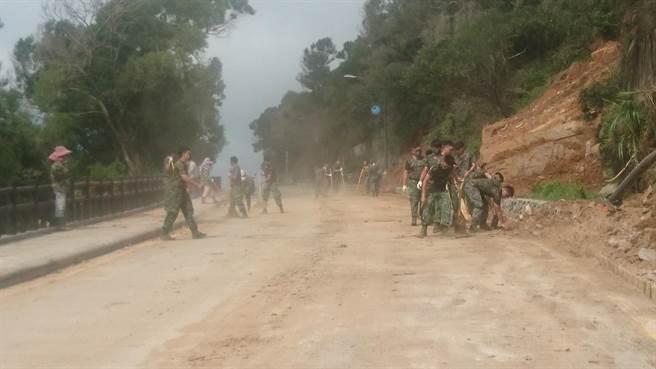 國軍9日再度派員協助北竿芹壁復原工作,目前道路仍持續封閉。(北竿鄉長陳如嵐提供/葉書宏連江傳真)