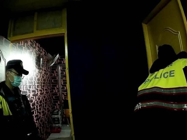 桃園警方8日晚間執行移工專案不但查獲失聯移工,還發現移工餐廳私設包廂供9人飲酒歡唱。(翻攝照片/蔡依珍桃園傳真)