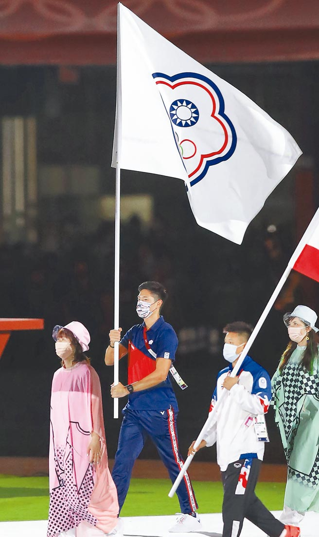 東京奧運8日舉行閉幕儀式,中華代表團由「跨欄王子」陳傑擔任掌旗官(左二),在各國選手完成入場後,整個場館燃放煙火慶賀。(季志翔攝)