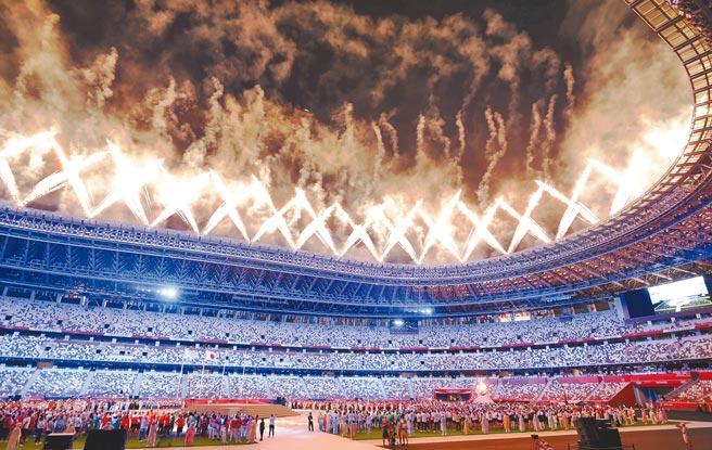 東京奧運8日舉行閉幕儀式,中華代表團由「跨欄王子」陳傑擔任掌旗官,在各國選手完成入場後,整個場館燃放煙火慶賀(見圖)。(季志翔攝)