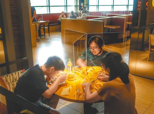 防疫警戒降至二級,餐飲業者迎來第1個父親節假日,一家人在防疫規範下用餐,卻少了熱鬧的氣氛。(王英豪攝)