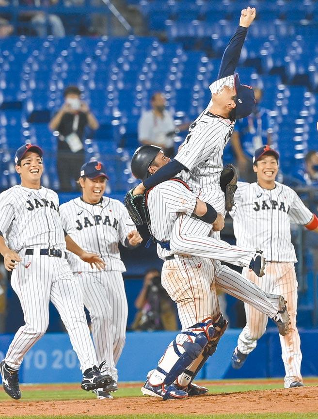 東京奧運在8日落幕,日本選手拿下27金、14銀、17銅共58面獎牌,創下歷來最佳。但疫情持續肆虐,在逆境中主辦奧運也挽救不了首相菅義偉直直落的支持度。圖為東京奧運會棒球決賽中,日本隊戰勝美國隊,獲得冠軍。(新華社)