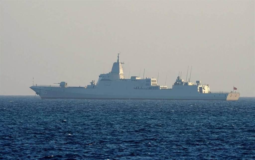 今年4月才入役的055導彈驅逐艦大連艦(圖)與另2艘當未正式露面的055導彈驅逐艦已抵達南海演習區,與山東艦等艦隊進行大規模演習。(圖/網路)