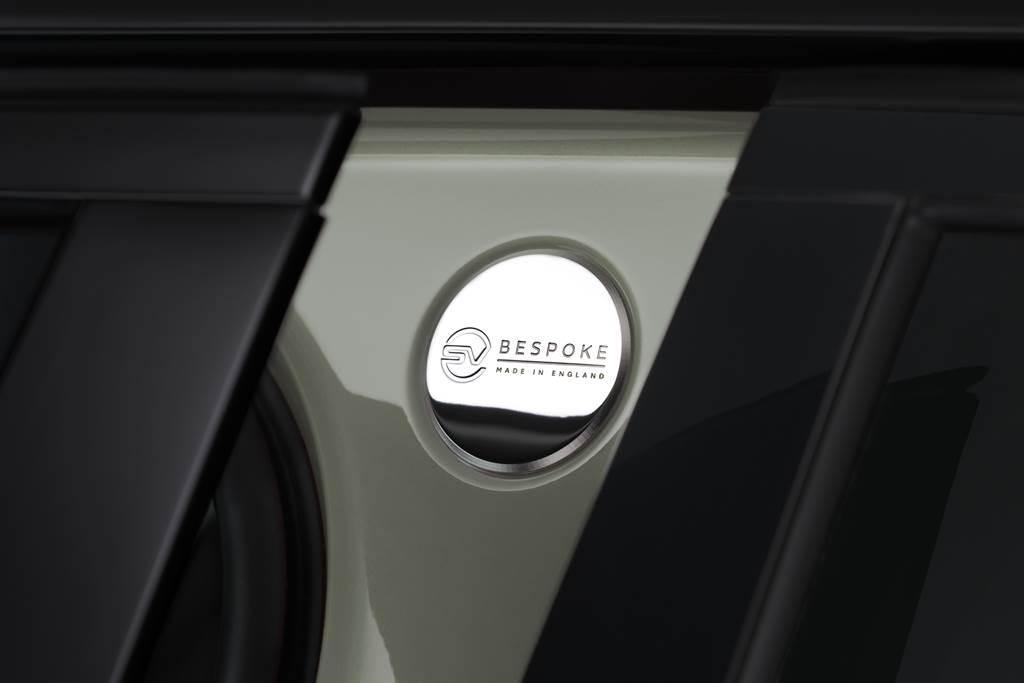 鑲嵌於兩側B柱上的SV Bespoke金屬徽飾同樣為SVO部門提供的專屬選配,要價7萬元。(圖/品牌提供)