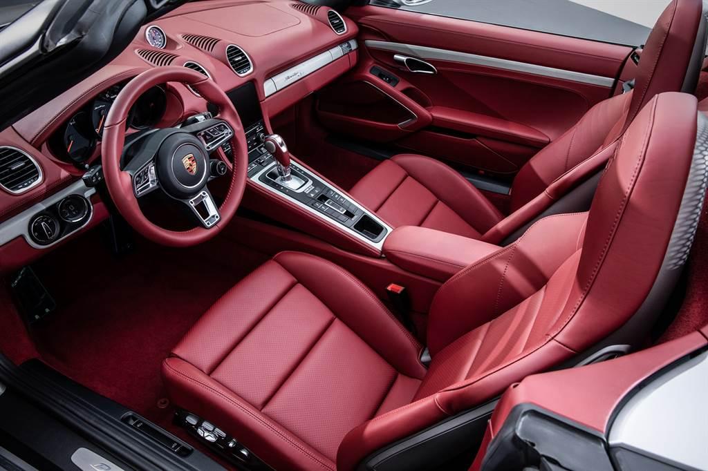 展出的Boxster 25周年選用酒紅色柔感真皮內裝搭配電動軟篷車頂。(圖/品牌提供)