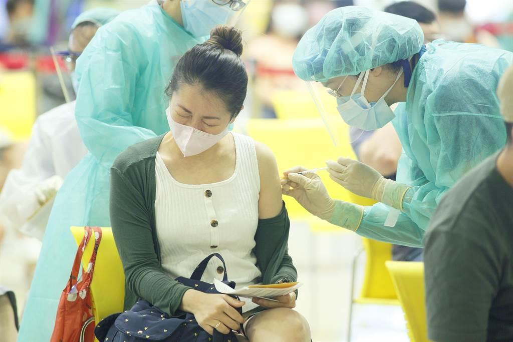 台灣的新冠疫苗存量告急,已經打完第一劑AZ或莫德納的民眾,遲遲等不到第二劑,疫情指揮中心指揮官陳時中坦言「告急」,外國疫苗數量短缺,而高端疫苗日前證實,拚500萬劑疫苗在年底前交貨,越來越有信心,醫護人員10日在台北花博接種站,為補教專案人員施打疫苗,有民眾接種時表情痛苦。(張鎧乙攝)
