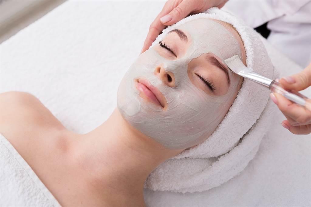 按摩已開放護膚仍禁止,陳時中表示經濟部考慮做「保護罩」因應。(護膚示意圖 達志提供)