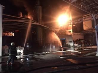 高雄仁武鳳仁路工廠凌晨火警 消防局人員搶救中