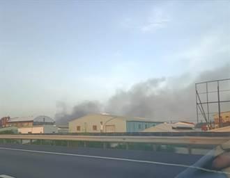 台南汽車組件工廠全面燃燒 警消力拼惡火13小時仍冒出濃煙